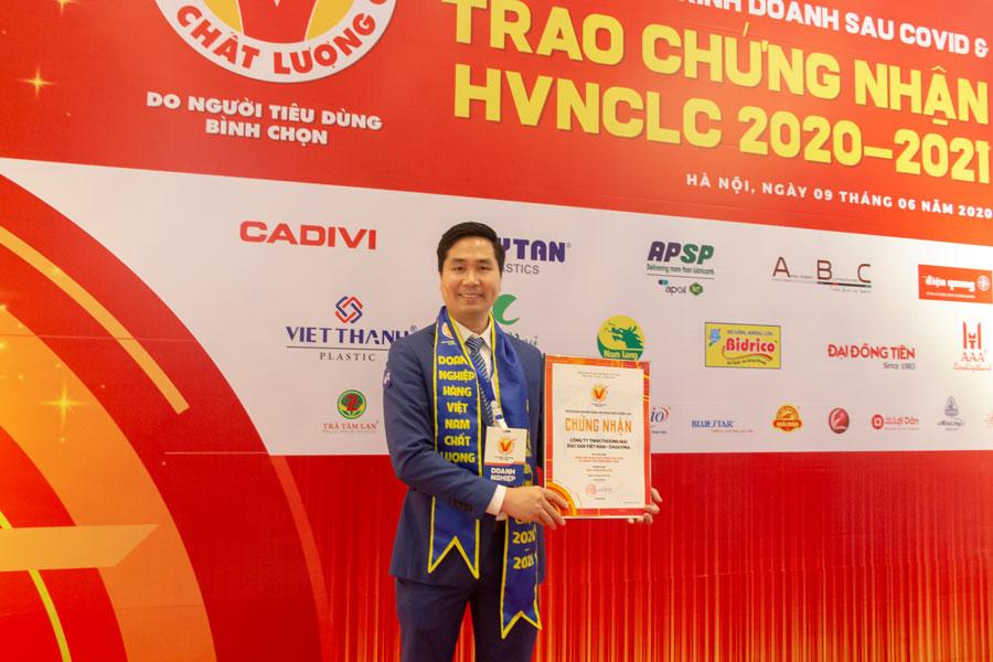 Giám đốc công ty DASAVINA - Nguyễn Bá Toàn nhận chứng nhận HVNCLC