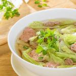 Chế biến món canh bắp cải nấu thịt bò thơm ngon ngày đông lạnh